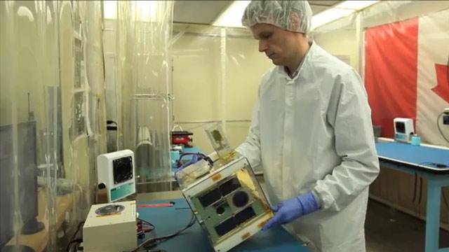 Los alumnos de la Universidad de Toronto emplean una sala térmica para probar componentes de nanosatélites en los rangos de temperatura presentes en el espacio.